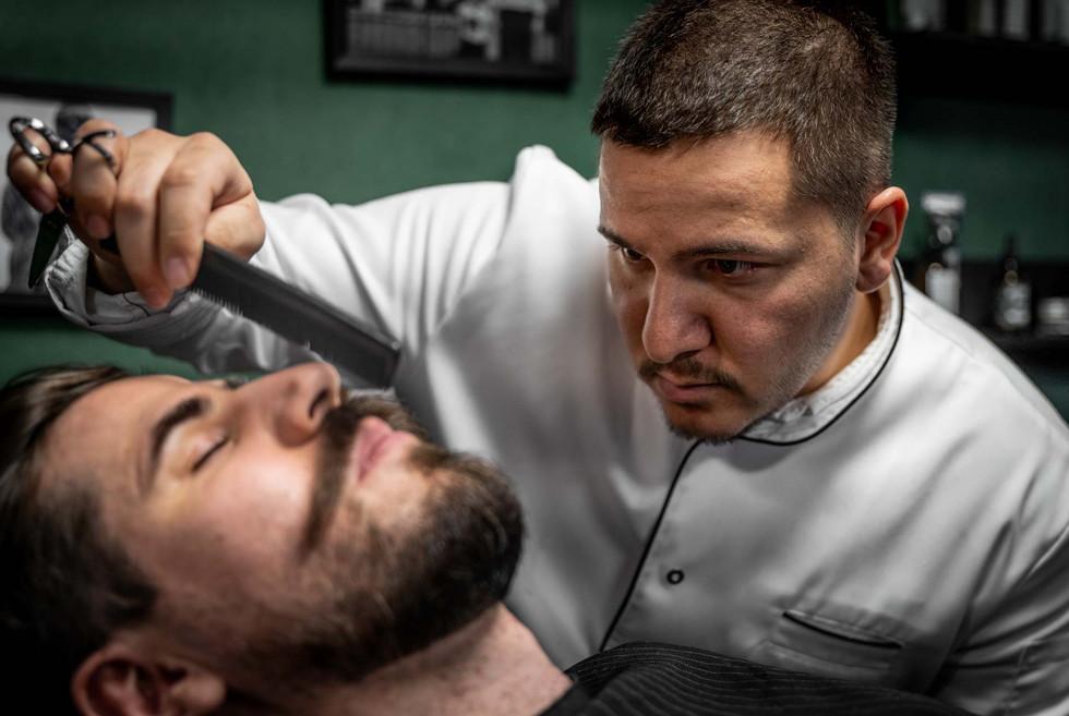 Prüfender Blick des Barbiers