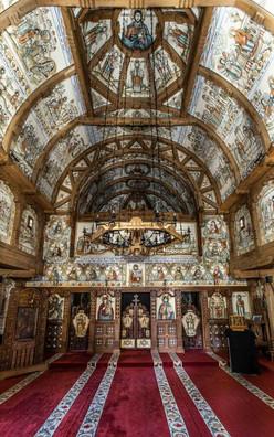Aufwändig bemalte und dekorierte Innenräume einer Holzkirche