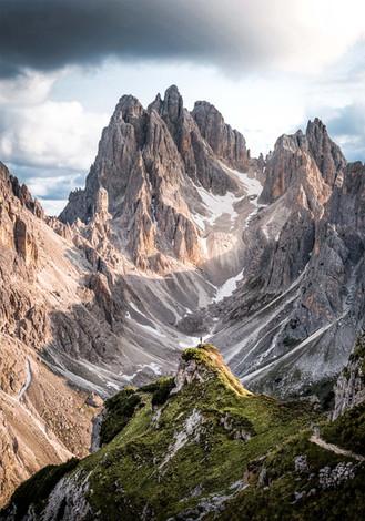 Wanderer vor Bergfront