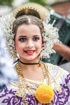 """Mädchen in traditioneller """"Pollera de gala"""", dem Kleid für festliche Anlässe"""