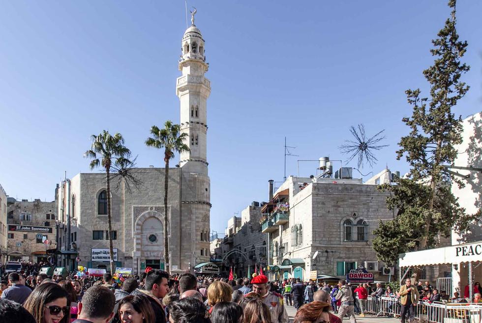 Schaulustige erwarten die Parade auf dem Omar-Platz vor der Omar-Moschee gegenüber der Geburtskirche Jesu Christi