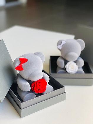 Kleiner grauer Bär mit Rose