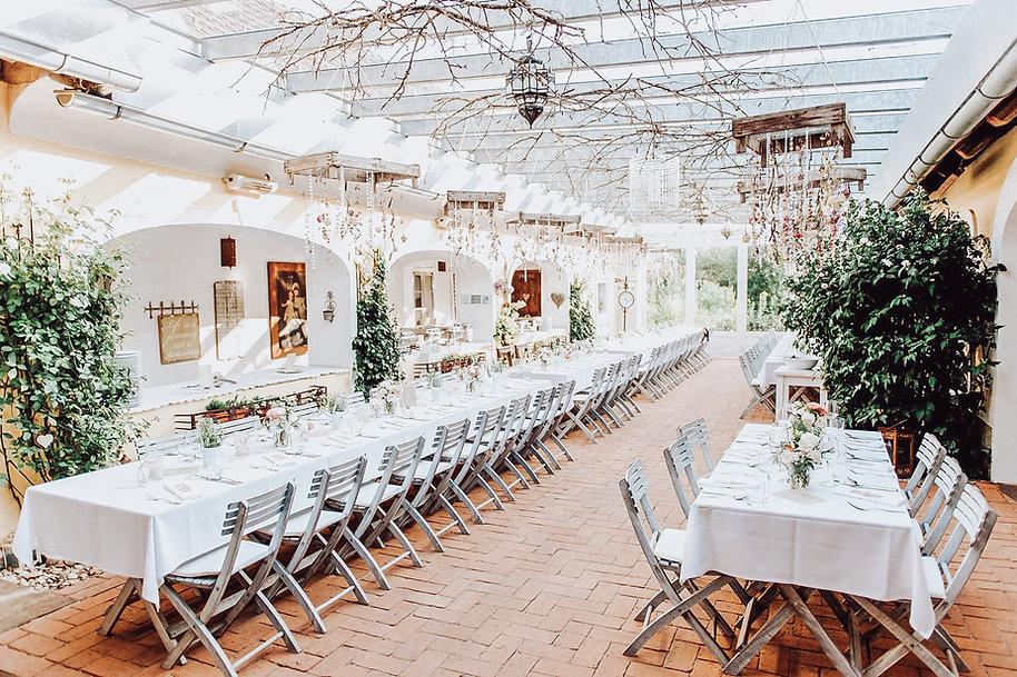 Eingedeckte Tafel für eine Hochzeit in der Träumerei