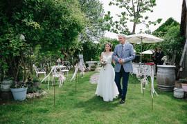 Der stolze Papa begleitet die strahlende Braut durch den Weingarten zur Trauung...