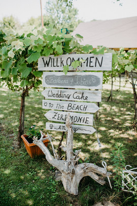 Die Gäste und der Bräutigam sind schon am Trauungsplatz und warten gespannt auf die Ankunft der Braut...