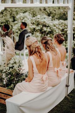 Die Brautjungfern halten in der ersten Reihe die Stellung... Taschentücher für Freudentränen liegen bereit :)