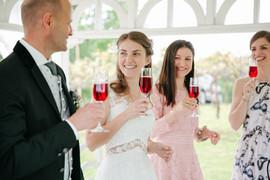 Sie haben JA gesagt... darauf ein kühles Glaserl Uhudlersekt aus unserem Weingarten!