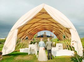 Unser exklusiv in Österreich gefertigtes Zelt ist nicht nur wunderschön, sondern schützt bei jedem Wetter... deshalb könnt ihr garantiert die Trauung im Weingarten machen!