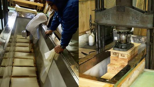 Produtores colocando os Sacos de Moromi. A prensa do Funê