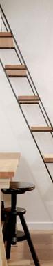 מדרגות עץ בשילוב מתכת