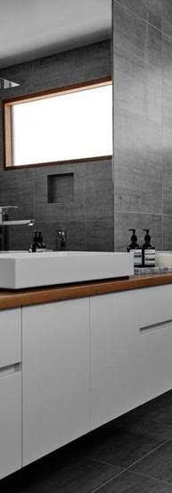 ארונית אמבטיה משולב אלון עם חזיתות צבע ב