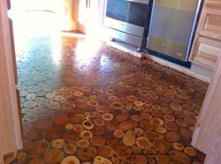 """רצפת פרוסות עץ שלמות במילוי סילר ואיטום ע""""י חומר פלסטי מבריק"""
