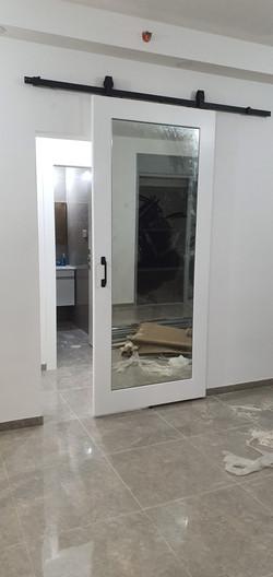 דלת מראה ענקית, משולבת תליה עליונה