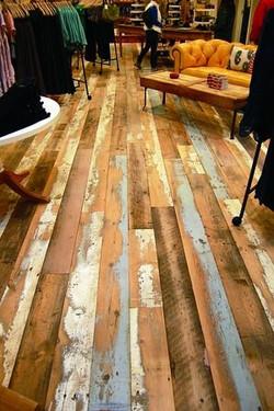 רצפת עץ לבן ממוחזר בעיבוד משומש