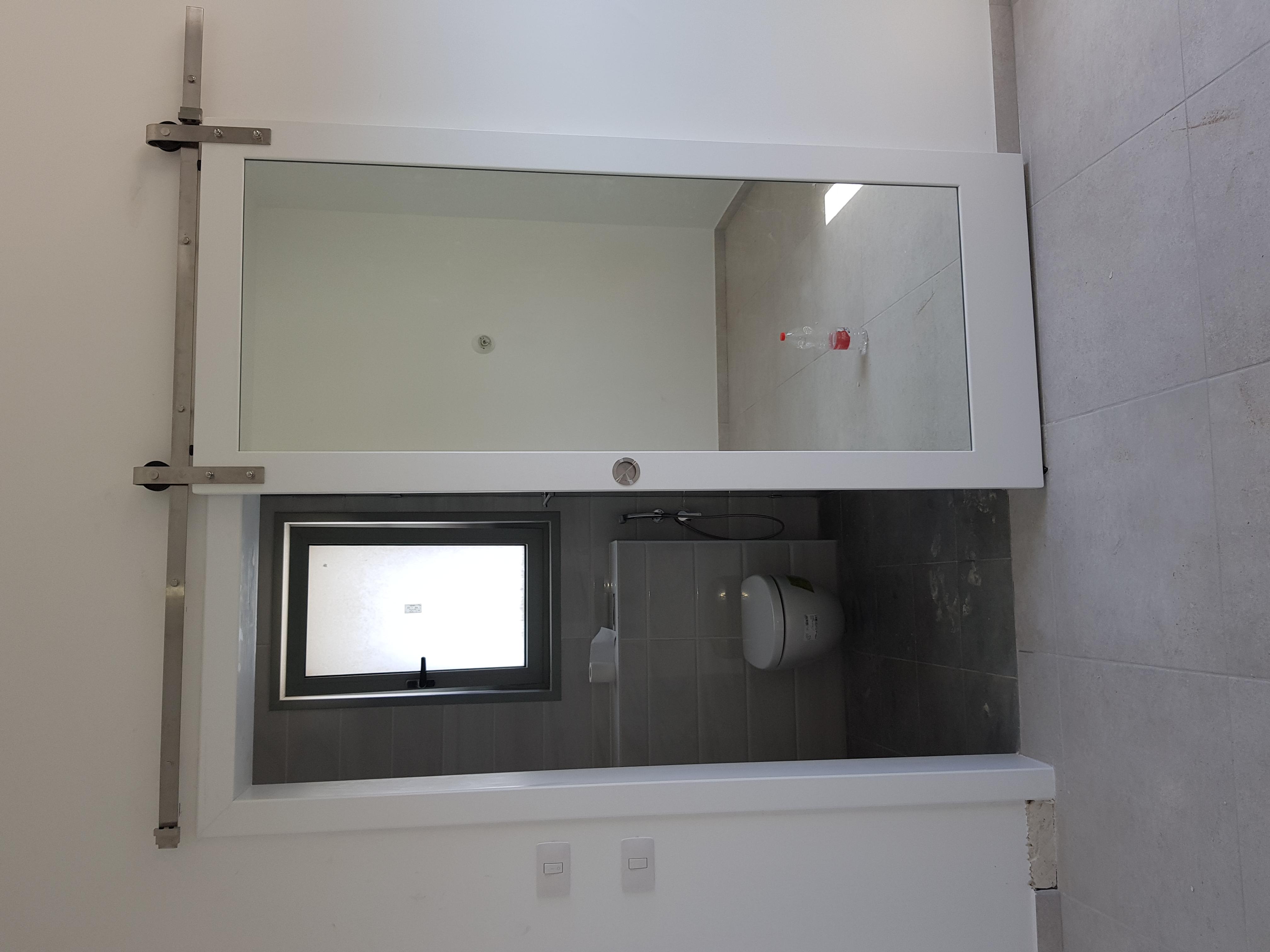 דלת הזזה משולבת מראה ומשקוף מעבר