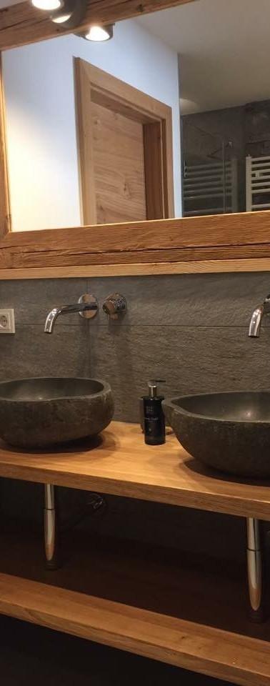 מדפי נישה לשירותי אורחים מעץ גושני