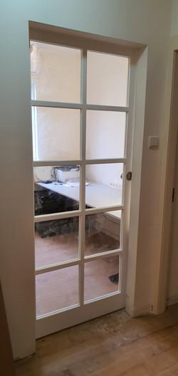 דלת אסם משולבת כוורת חלונות