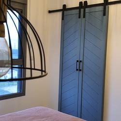 זוג דלתות הזזה לחדר ארונות
