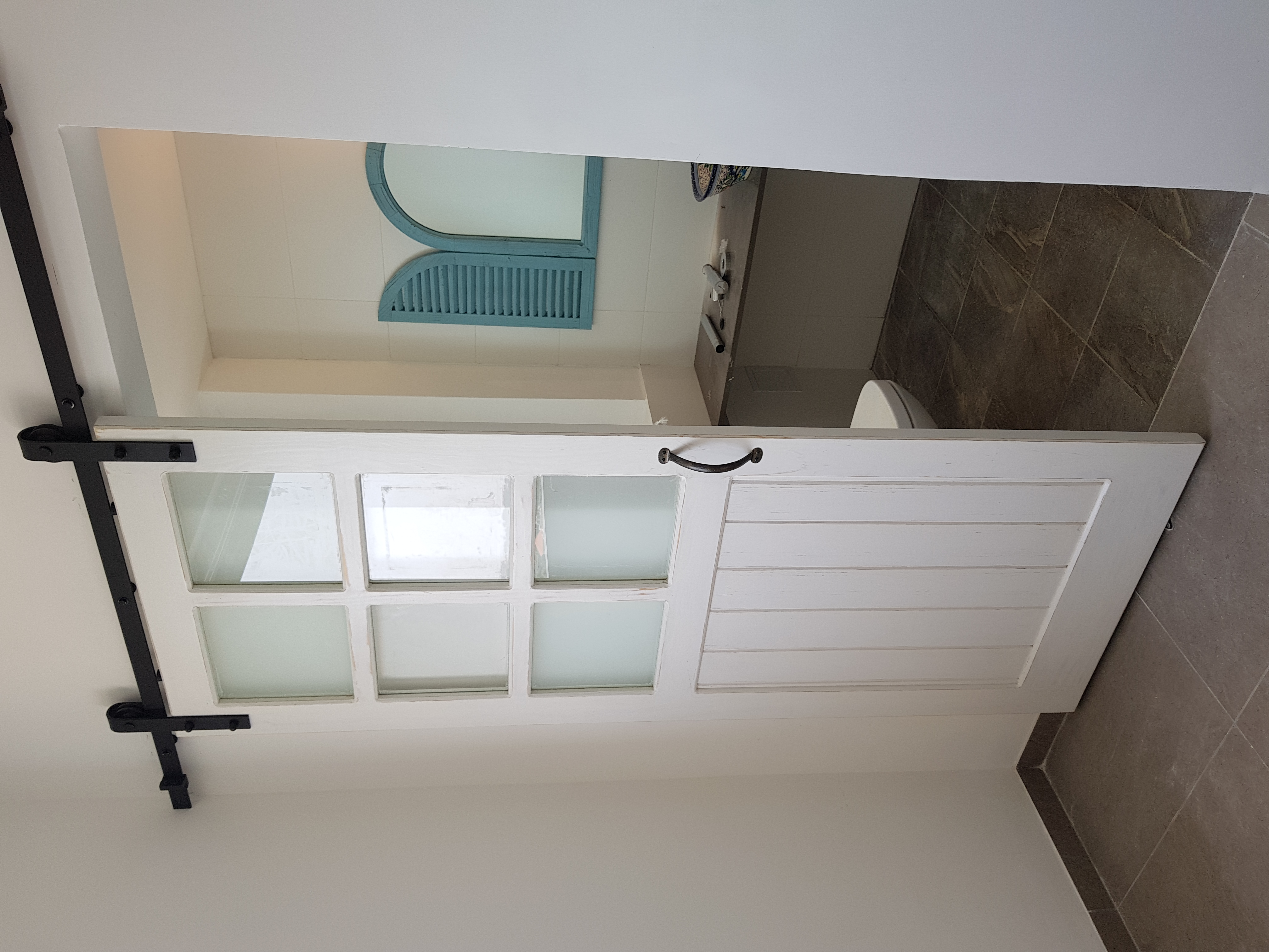 דלת אסם בשילוב זכוכיות בגימור לבן וו