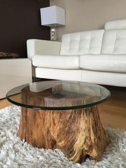 פרוסת עץ שלם מעובד לשימוש כשולחן סלון
