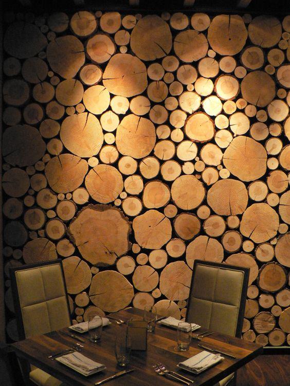 חיפוי קיר מסעדה בפרוסות עץ ברקע שחור