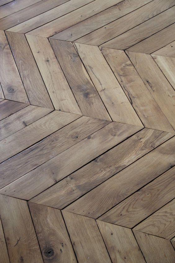 רצפת עץ אורן מהוקצע בחיבור זוויתי וגימור לכת שמנת