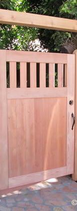 שער עץ משולב פגודה מעץ