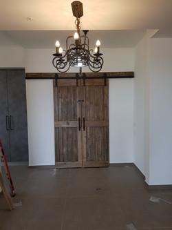 דלת אסם מעץ ממוחזר