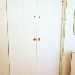 דלתות הזזה בשילוב פרזול פליז מבריק