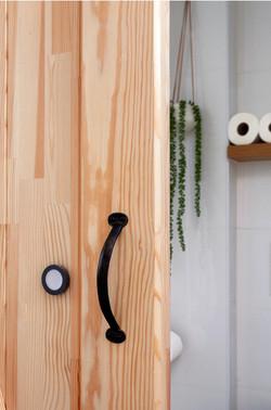 דלת אסם עם צוהר אור