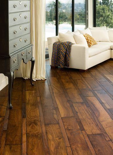 רצפת עץ בהתקנה אלכסונית בעיבוד כפרי