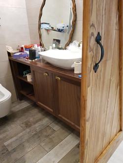 ארונית אמבטיה בשילוב דלת אסם לכניסה
