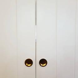 דלתות הזזה לבן שלגבשילוב ידיות פליז