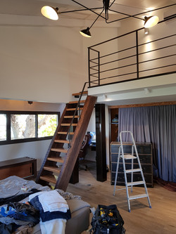 מדרגות גלריה משולבות מעקון