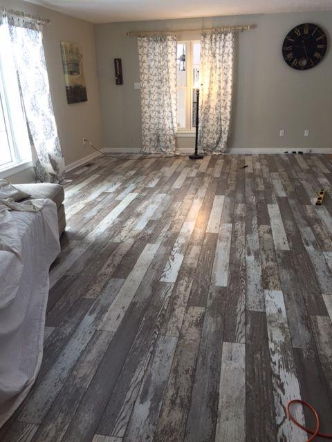 רצפת עץ לבן ממוחזר בגווני לבן ואפור בעיבוד משומש