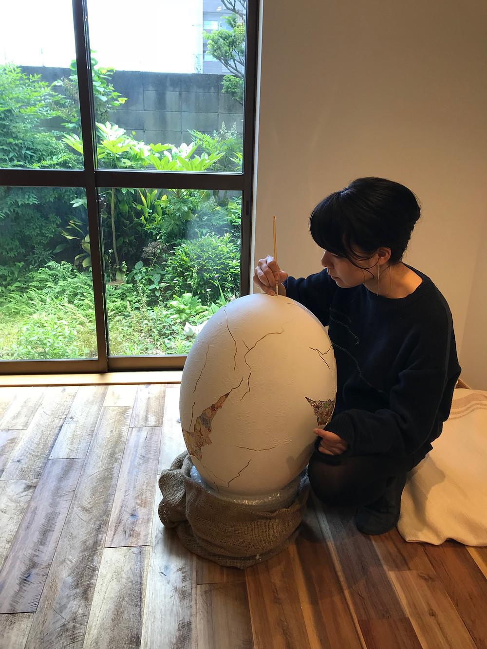 たまごちゃんを制作する給田氏