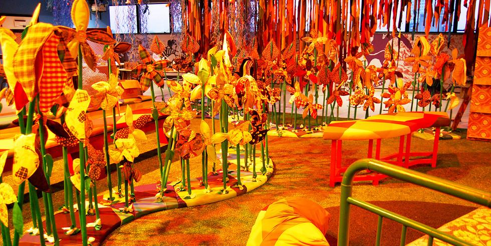 """Instalação Cenográfica """" Árvore da Vida""""   Fotografia Simone Donatelli   SESC Pinheiros   2010"""