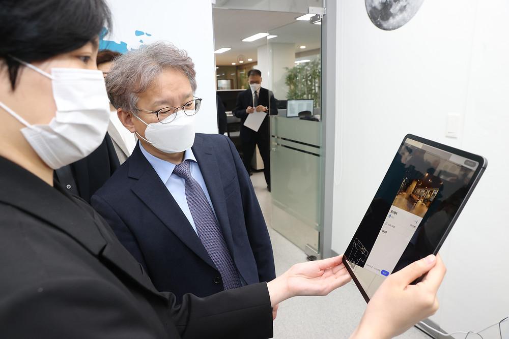 MAXST-XR-telepresence-demo-minister