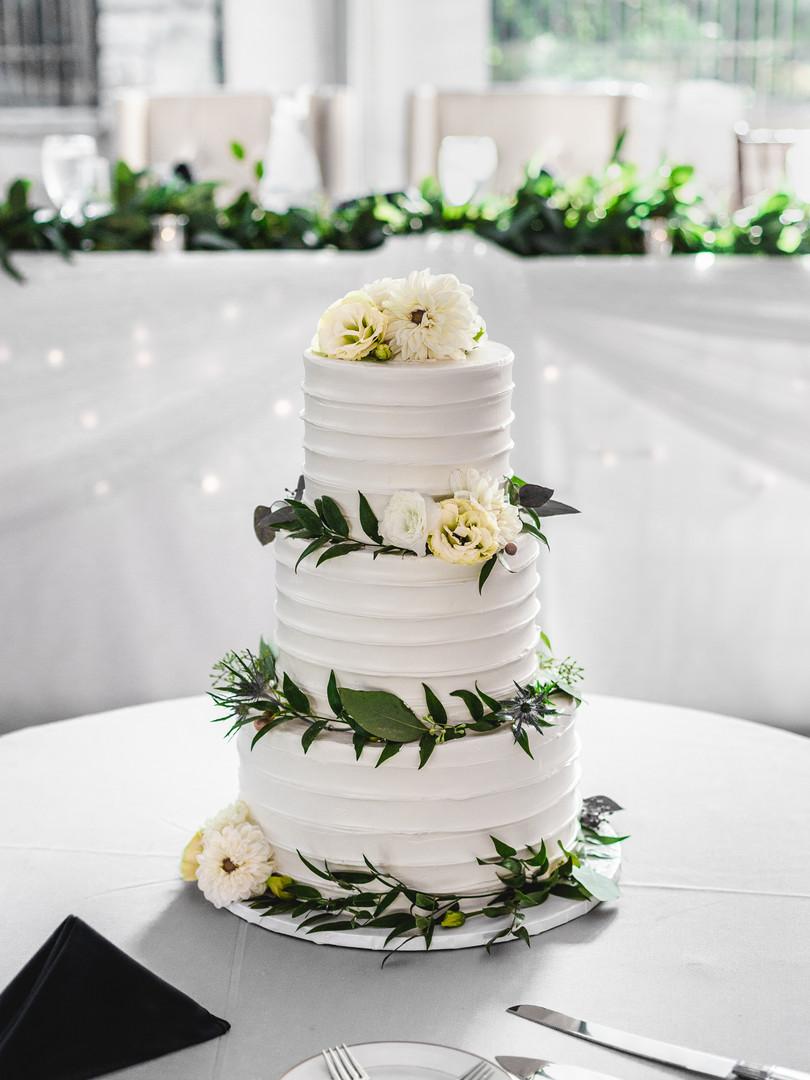 Wedding-cake-centerpiece-white-flowers-0