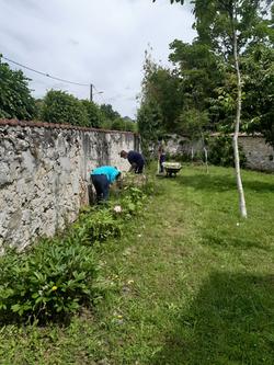 Jardinage par les lycéens de Gasnier Guy de Chelles foyer st benoit 77