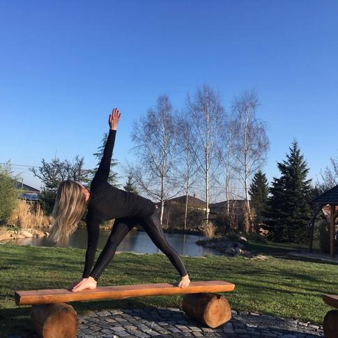 Jóga u rybníka - to jsou nepravidelné lekce jógy v přírodě. Sledujte novinky ve Facebookové skupině Jóga u rybníka.