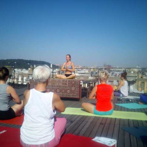 Jóga na střeše Lucerny. Sledujte Rozvrh pro další akce.