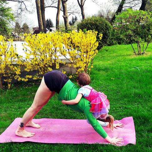Jóga u rybníka - to jsou nepravidelné lekce jógy v přírodě. Sledujte novinky ve Facebookové skupině Jóga u rybníka. Zde s dcerou Sofinkou :)