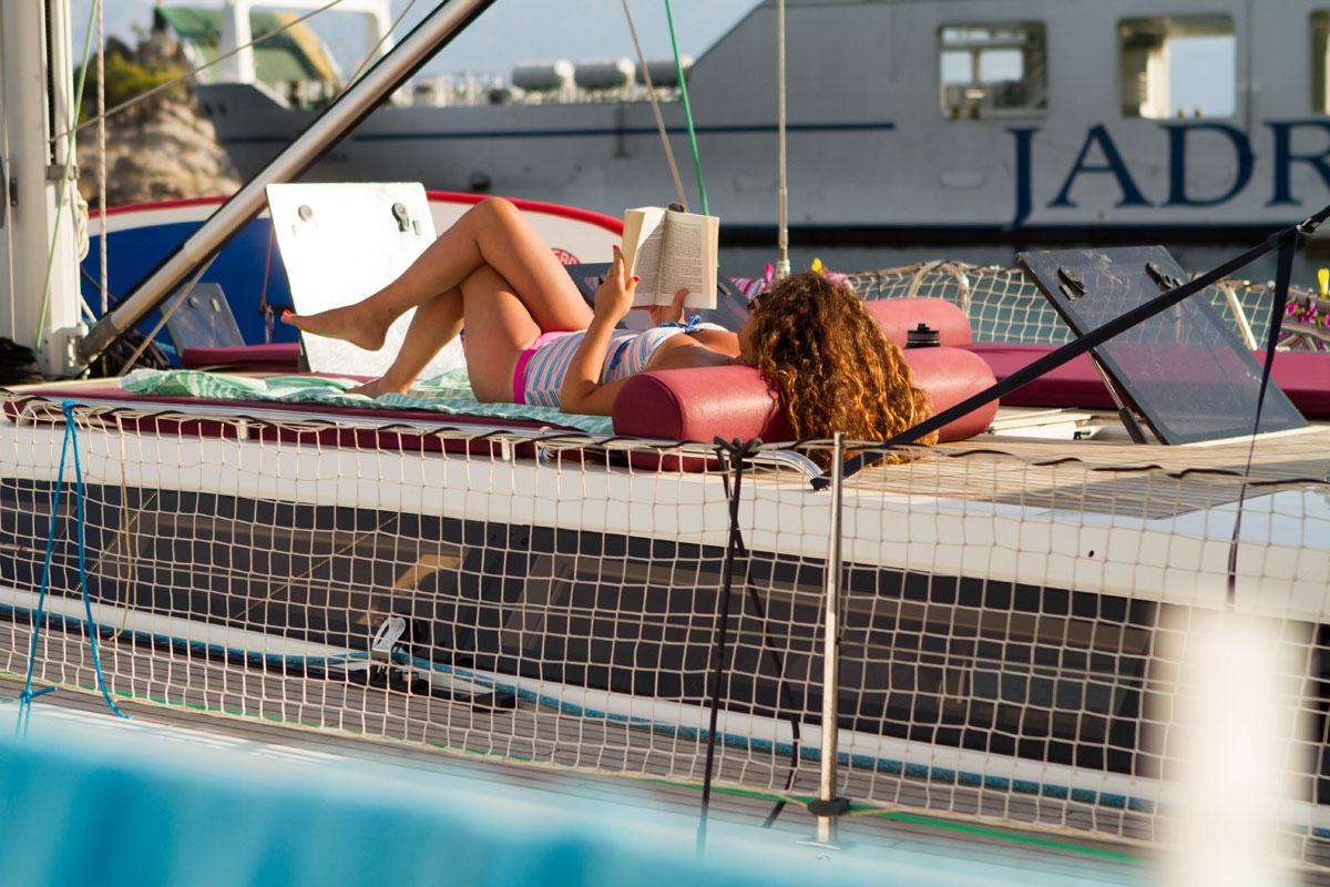 Relaxing-reading-time_sailing-yacht_Dalm