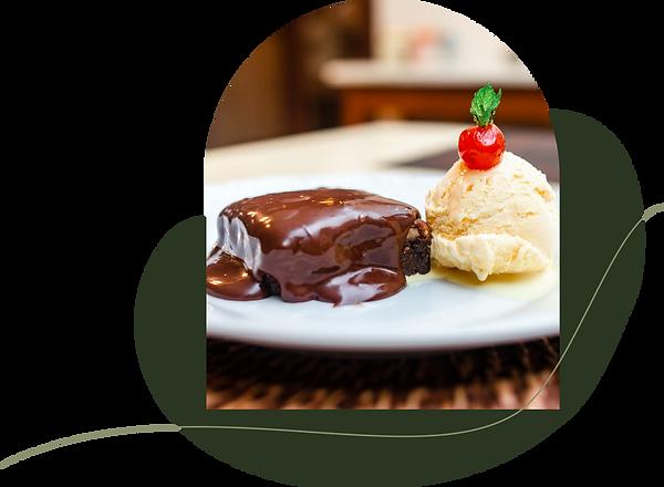 Sobremesa Brownie com sorvete de creme com a foto em formato de portal em cima de uma forma orgânica verde escura