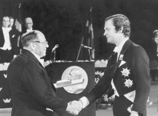 Вручение Леониду Канторовичу диплома и Нобелевской медали королем Швеции Карлом XVI Густафом. 10 декабря 1975 год
