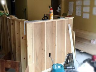 内装工事、進んでいます。カウンターの土台が……