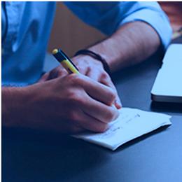 Uma pessoa redigindo um documento administrativo. Link do curso de Redação Administrativa do Senai