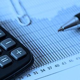 Foto de uma calculadora em cima de uma planilha com gráfico estatístico e uma lapiseira. Link para o curso de Matematica Basica e Inclusão Digital do Senai