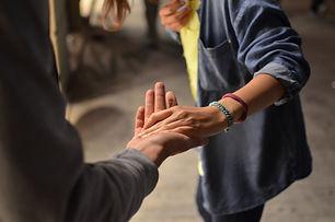 Wir leben Glauben auch im Alltag. Jeder ist bei uns mit seinen Fragen willkommen. Wir treffen uns regelmäßig in den Räumen des Blickwechsels, um Lobpreis zu machen, eine kleine Andacht zu halten und Gemeinschaft zu haben - bei Essen, Quatschen und Lachen.